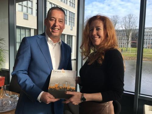 Campus NL - overhandigen boek aan Tim van der Hagen (zoom in)